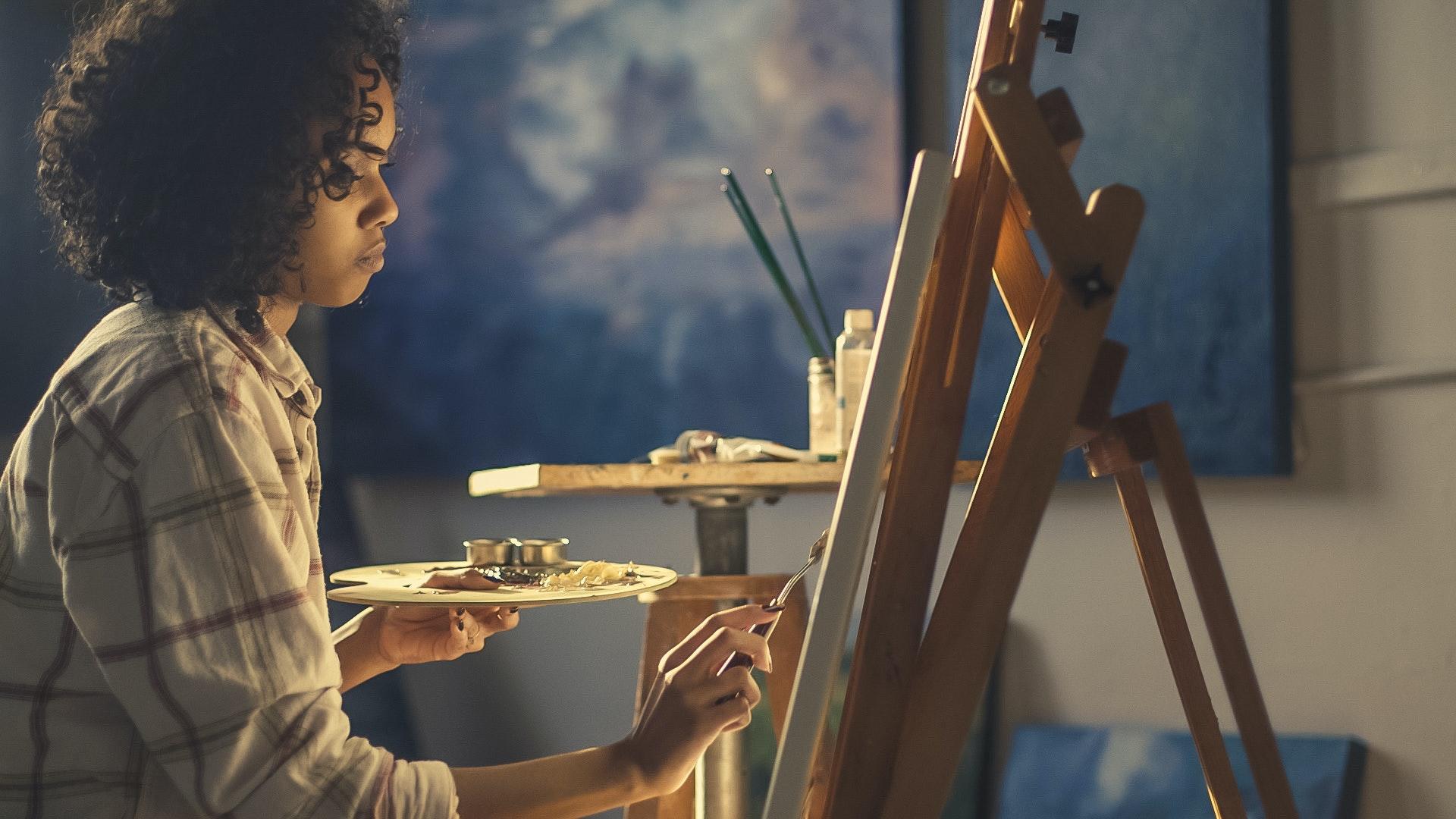 Boîte de peinture de la fille de pensée critique